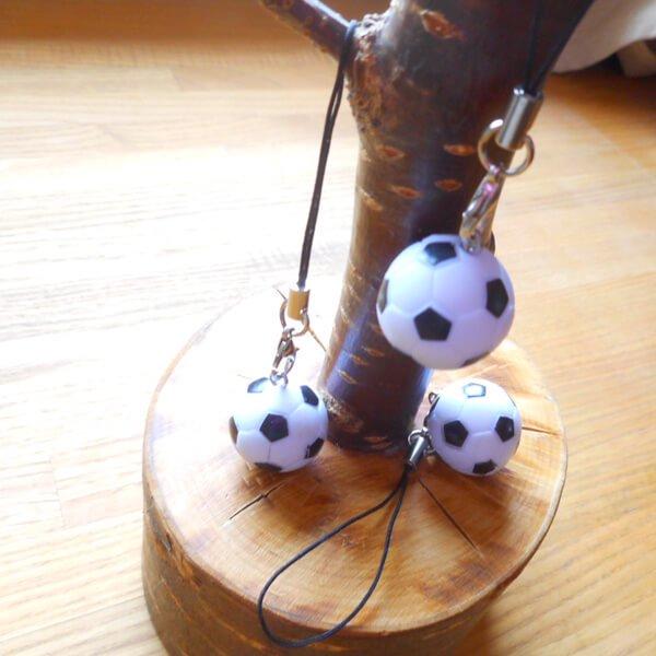 (初期インク汚れあり 処分価格) サッカーボール ストラップ(白黒)1個