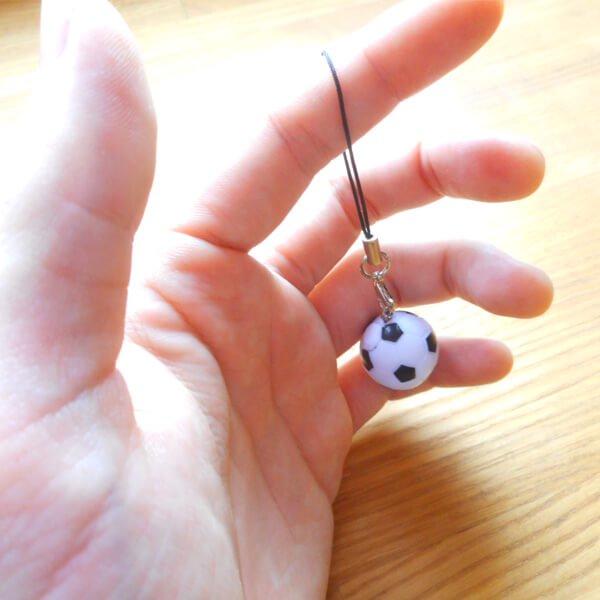 (初期インク汚れあり 処分価格) サッカーボール ストラップ(白黒)1個【画像2】