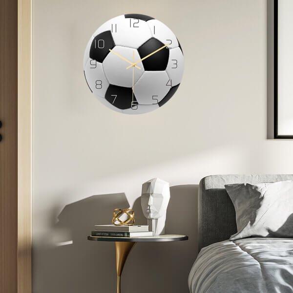 サッカーボール型のリアル壁掛け時計【画像2】