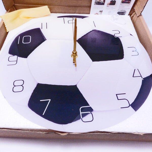 サッカーボール型のリアル壁掛け時計【画像3】