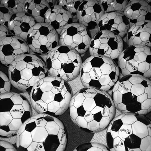 サッカー柄のミニタオルに変身するびっくりサッカーボール 1個【画像3】