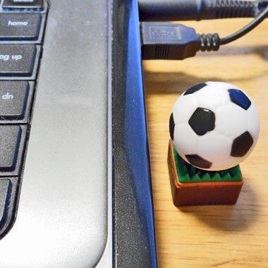 サッカーボールUSBメモリ(文字なし) 芝の上 1個