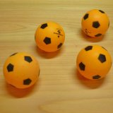 サッカーボール柄(オレンジ・黒)の卓球ボール