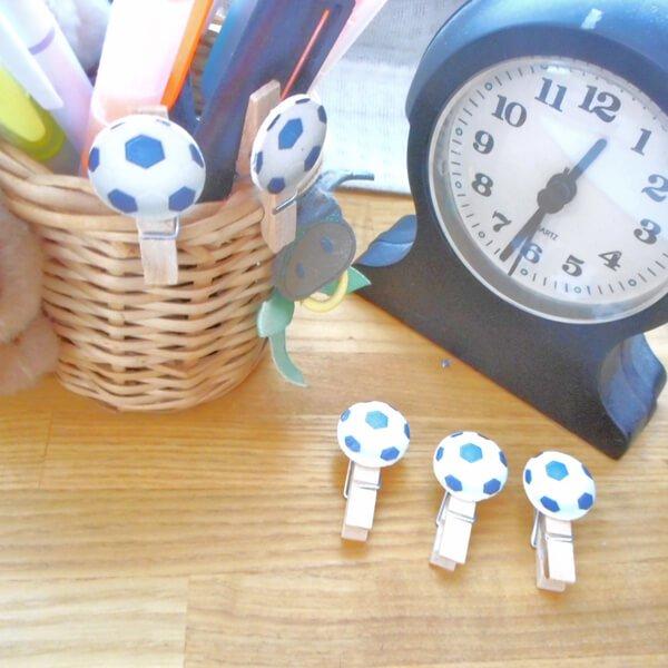 サッカーボール付きの木製ミニクリップ