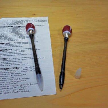 叩くと点滅する HITイルミネーションボールペン アメフトボール カラーランダム1本【画像2】