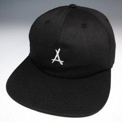 Tha Alumni Clothing ロゴ 6パネル ストラップバックキャップ ブラック