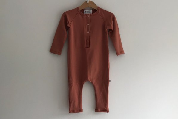 <img class='new_mark_img1' src='//img.shop-pro.jp/img/new/icons14.gif' style='border:none;display:inline;margin:0px;padding:0px;width:auto;' />18aw sem label RAGLAN LONG SLEEVE ROMPER - TERRACOTTA