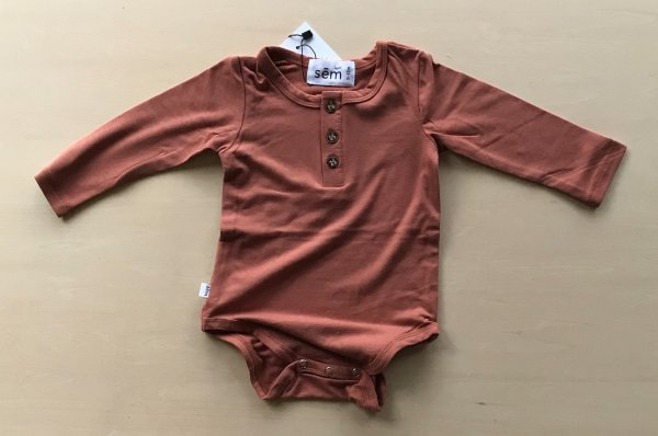 <img class='new_mark_img1' src='//img.shop-pro.jp/img/new/icons14.gif' style='border:none;display:inline;margin:0px;padding:0px;width:auto;' />18aw sem label LONG SLEEVE ONESIE - terracotta