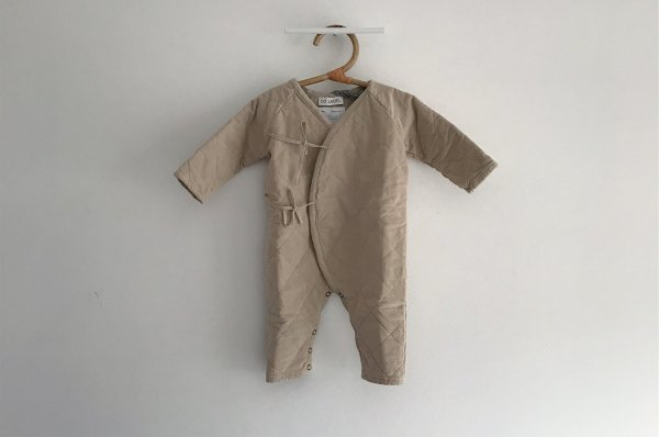 <img class='new_mark_img1' src='//img.shop-pro.jp/img/new/icons14.gif' style='border:none;display:inline;margin:0px;padding:0px;width:auto;' />CO LABEL EDDIE - BABYSUIT CORDUROY SAND