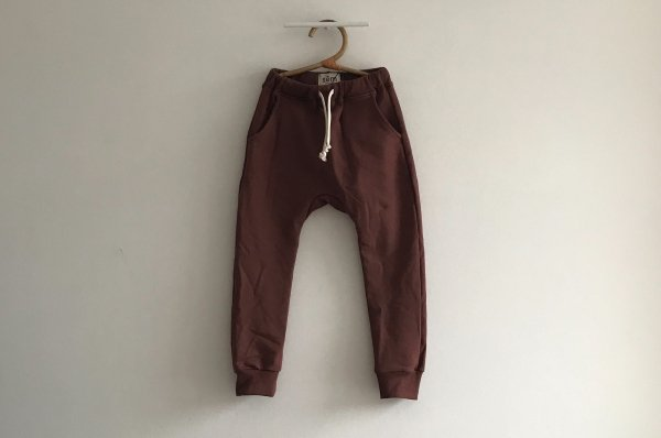 <img class='new_mark_img1' src='//img.shop-pro.jp/img/new/icons14.gif' style='border:none;display:inline;margin:0px;padding:0px;width:auto;' />19AW sem label ESSENTIALS TRACK PANT - MARRON
