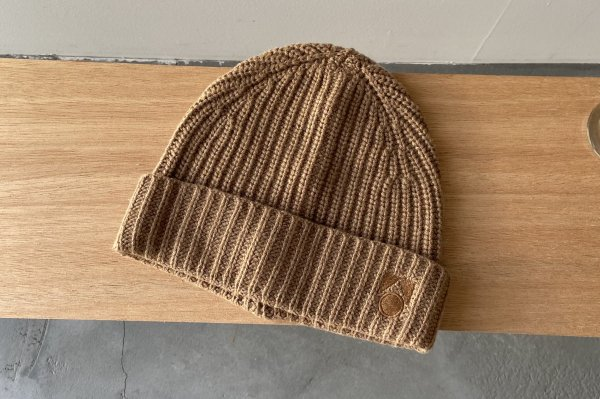 <img class='new_mark_img1' src='https://img.shop-pro.jp/img/new/icons14.gif' style='border:none;display:inline;margin:0px;padding:0px;width:auto;' />21AW Main Story Knitted Hat - Camel