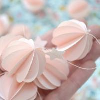 Guilande sphères rose tendre