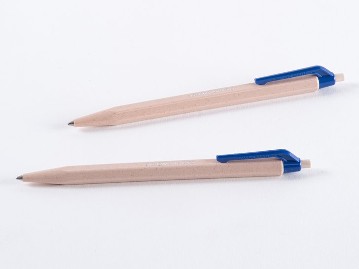 <img class='new_mark_img1' src='https://img.shop-pro.jp/img/new/icons1.gif' style='border:none;display:inline;margin:0px;padding:0px;width:auto;' />カランダッシュ 825 ウッドチップボールペン 青中字 2本入り(ブリスター)